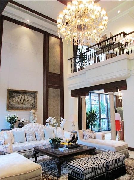 别墅挑高客厅实景图
